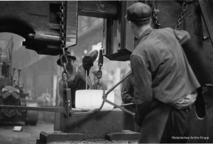 Abbildung-4_In-der-Schmiede-und-Gießerei-der-Firma-Krupp-Essen_-1962_Erich-Lessing